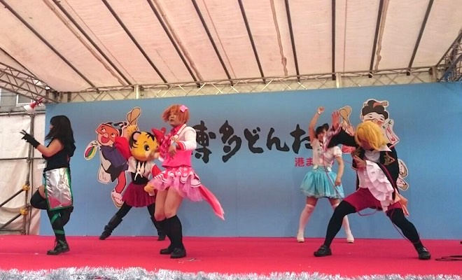 2017年5月4日(木・祝)に福岡市の明治通りなどで、福岡市民の祭り『博多どんたく港まつり』が開催されました。どんたく名物の博多川水上本舞台ではステージイベントも行われ、博多どんテクカーニバル(どんたくコスプレパレード)がそのステージでパフォーマンスを披露しました。