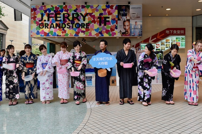 2017年7月24日(月)に福岡県の天神ビブレ前で「天神打ち水大作戦2017」が開催されました。ゲストには波田陽区さんが登場しました。
