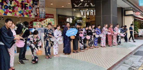 2017年7月24日(月)に福岡県の天神ビブレ前などで「天神打ち水大作戦2017」が開催されました。ゲストに波田陽区さんが登場