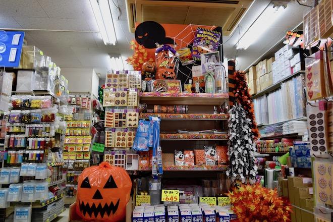 季節のイベント開催時に大活躍、包装用品をはじめ飾り付けグッズからご飯用の紙皿まで幅広く取り扱う「パッケージプラザ シキ 博多店」をご紹介します。