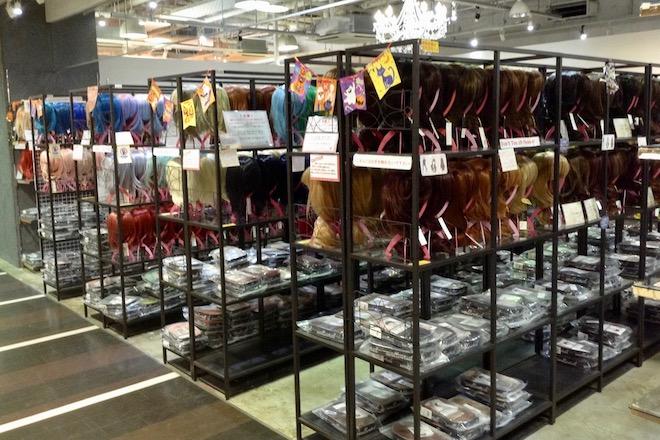 スワローテイル 福岡天神VIVRE店は2015年にオープンし、ウィッグやブーツを販売しています。