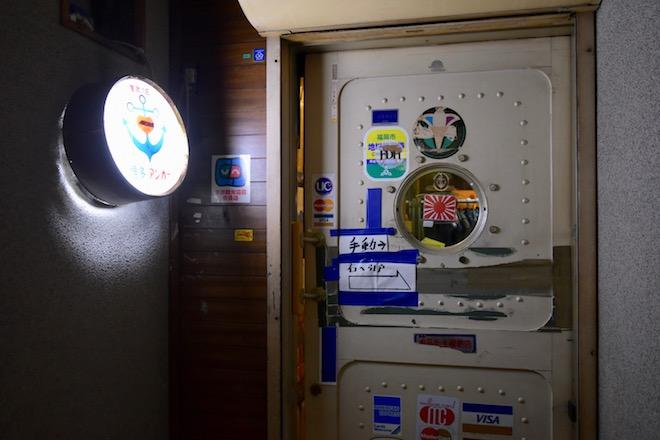 福岡県の歓楽街・中洲にひっそりと、しかし根強く続いている老舗のバーがあります。その名も軍歌の店「アンカー」。
