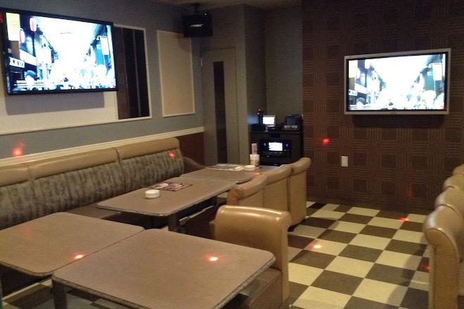 カラオケ店「シダックス福岡西中洲クラブ」はワンだふるルーム、シュミレーションゴルフルーム、キッズルームなどあります。