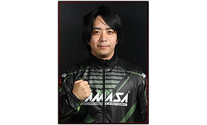 3度世界王者(WCG2011、EVO2015、BNE公式大会2015)、日本王者(闘会議2018)等々。日本人の鉄拳プレイヤーで最も有名かつ鉄拳最強の一角のプレイヤー。超攻撃的スタイルで相手を圧倒する。