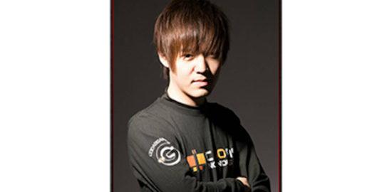 """のろまさんは長崎県在住で2018年3月現在、九州で唯一の鉄拳プロライセンス保持者です。鉄拳ワールドツアー2018 韓国大会では、世界的に鉄拳において""""修羅の国""""と言われる韓国のプレイヤーを次々と倒し、2018年一気に有名になりました。勝負が決まる瞬間の集中力が非常に高く、攻撃スタイルで相手を粉砕します。"""