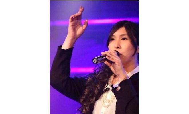 月さんは佐賀県在住でパワフルで明るい、聴いた人をすぐに魅了する声の持ち主です。