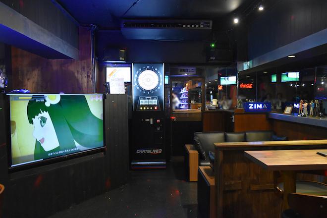 ANiMATRiX(アニマトリックス)は2018年7月1日(日)に福岡市親不孝通りにグランドオープンしたニュータイプのアニソンバーです。お店にはカラオケやDJブース、ダーツなどがあります。