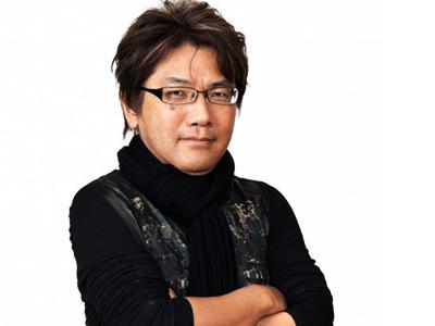 菊田裕樹(きくたひろき)さんは1962年に愛知県で生まれました。1991年より㈱スクウェアで任天堂スーパーファミコン向けRPG「聖剣伝説2」「聖剣伝説3」、ソニーPlayStation向けアクションゲーム「双界儀」の音楽制作を担当しました。独立後もセガPSP向けRPG「シャイニング・ハーツ」「シャイニング・ブレイド」「シャイニング・アーク」BGM作曲、ナムコPS3向け格闘ゲーム「ソウルキャリバーV」BGM作曲、ガストPS3向けゲーム「エスカ&ロジーのアトリエ~黄昏の空の錬金術士~」BGM作曲など、多方面に活躍しました。NTT出版等よりサウンドトラックCD多数。作曲からシナリオ執筆、映像編集に至るまで、現場で鍛えた総合的な演出スキルを持ち、常に如何にユーザーを楽しませるかに心を砕く、言わばエンターテイメント志向の音楽職人です。