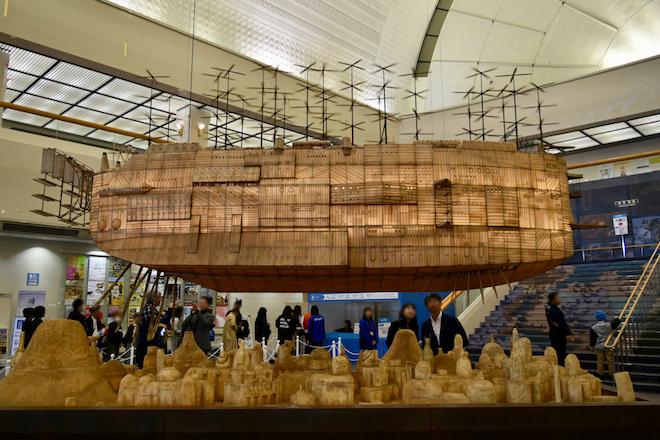 2019年3月17日(日)に福岡県の福岡市博物館で開催中の「ジブリの大博覧会」福岡市博物館の1Fエントランスでは、『天空の城ラピュタ』のオープニングに登場する、汚れた大地から空へ向かう巨大な船の模型を見ることができます。実際に機体が昇降し、プロペラが回ります。