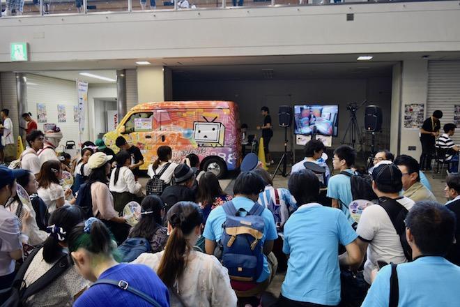 2019年8月17日(土)に福岡国際センターで「ニコニコ町会議全国ツアー2019 in 福岡市 福岡サブカルまつり」が開催されました。町カラオケカー前の様子です。