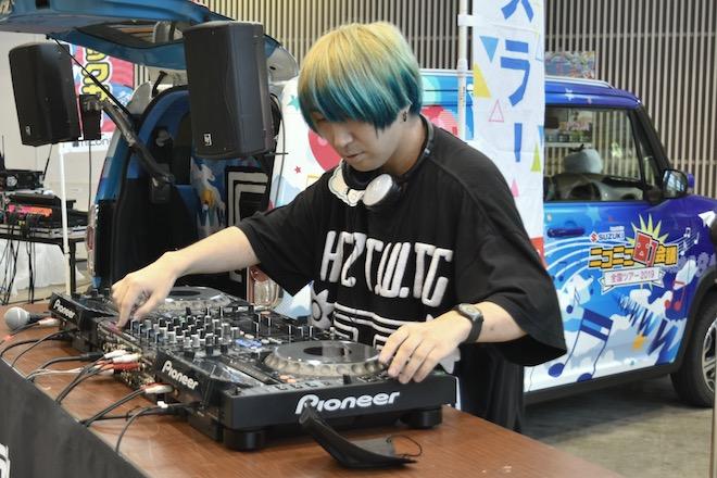 2019年8月17日(土)に福岡国際センターで「ニコニコ町会議全国ツアー2019 in 福岡市 福岡サブカルまつり」が開催されました。町ミュージックカーの様子です。