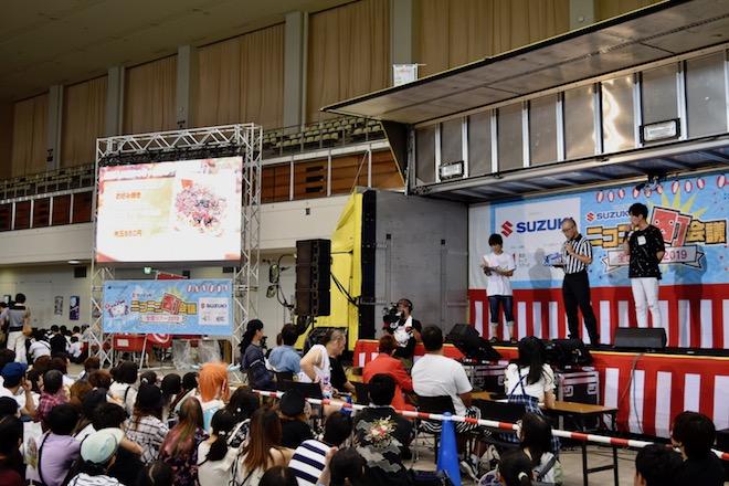 2019年8月17日(土)に福岡国際センターで「ニコニコ町会議全国ツアー2019 in 福岡市 福岡サブカルまつり」が開催されました。町ステージ企画「ばってん、福岡の人は知らなきゃ×点クイズ」の様子です。