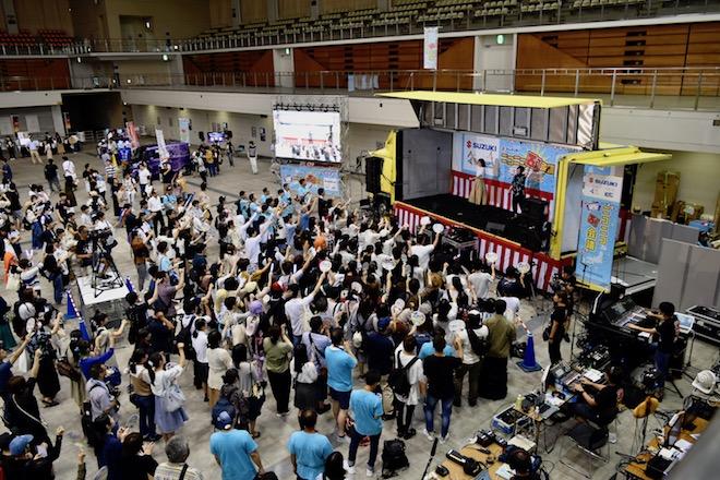 2019年8月17日(土)に福岡国際センターで「ニコニコ町会議全国ツアー2019 in 福岡市 福岡サブカルまつり」が開催されました。ニコニコ町ステージショーの相沢さん、相宮零さんの様子です。