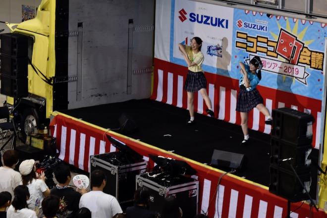 2019年8月17日(土)に福岡国際センターで「ニコニコ町会議全国ツアー2019 in 福岡市 福岡サブカルまつり」が開催されました。ニコニコ町ステージショーのゆりやん・足太ぺんたの様子です。