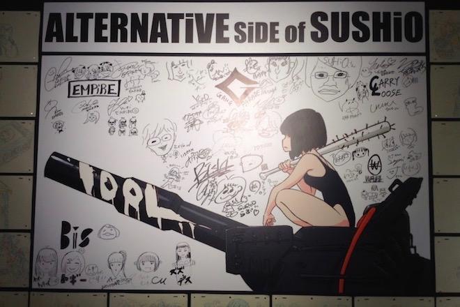 福岡で開催の「すしお万博」に『ALTERNATiVE SiDE of SUSHiO』の表紙パネルへアイドルのサイン有り