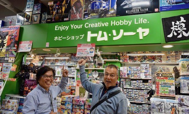 2019年11月29日(金)に福岡市中央区の天神ロフト内にあるホビーショップ トム・ソーヤに行くと、特殊美術造形作家・土井眞一さんとイラストレーター 兼 造形作家・横山宏さんがいらっしゃいました。