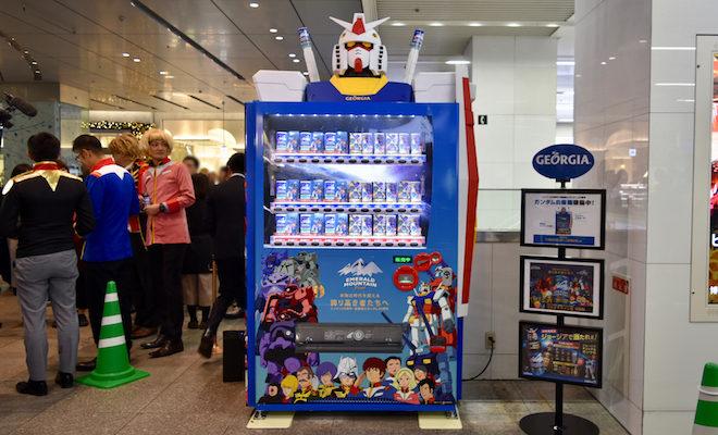 2019年11月25日(月)から12月2日(月)まで福岡市博多区のJR博多駅で「機動戦士ガンダム」のモビルスーツ仕様になった自動販売機が設置されます。また、11月25日(月)に行われた設置セレモニー「除幕式」の様子をお届けします。