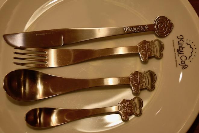 カービィカフェ博多はナイフやフォーク、スプーンなどの食器にもこだわりがあります。