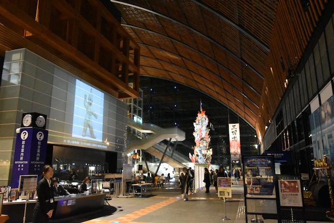 2019年11月23日(土・祝)に福岡県太宰府市の九州国立博物館で、特別展「三国志」関連イベント「夜な夜な三国志」が開催されました。九博1階ロビーの様子です。