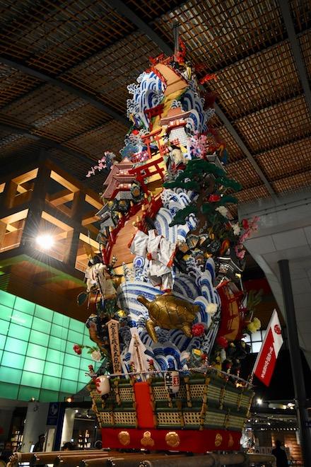 2019年11月23日(土・祝)に福岡県太宰府市の九州国立博物館で、特別展「三国志」関連イベント「夜な夜な三国志」が開催されました。山笠の様子です。