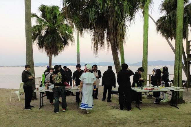 2019年11月16日(土)に福岡市西区の能古島キャンプ村・海水浴場でサブカルチャー複合イベント「のこのしまオタフェスト」が開催されました。サンセットビーチでバーベキューの様子