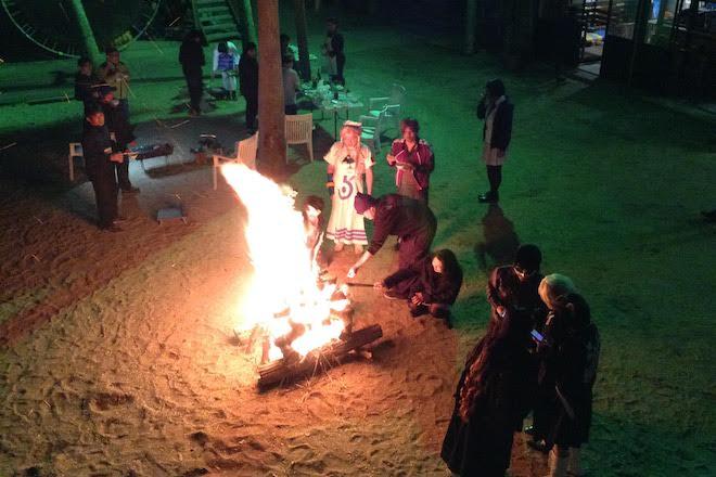 2019年11月16日(土)に福岡市西区の能古島キャンプ村・海水浴場でサブカルチャー複合イベント「のこのしまオタフェスト」が開催されました。キャンプファイヤーの様子