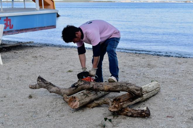 2019年11月16日(土)に福岡市西区の能古島キャンプ村・海水浴場でサブカルチャー複合イベント「のこのしまオタフェスト」が開催されました。キャンプファイヤーの準備