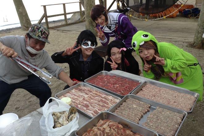 2019年11月16日(土)に福岡市西区の能古島キャンプ村・海水浴場でサブカルチャー複合イベント「のこのしまオタフェスト」が開催されました。バーベキューの肉の様子