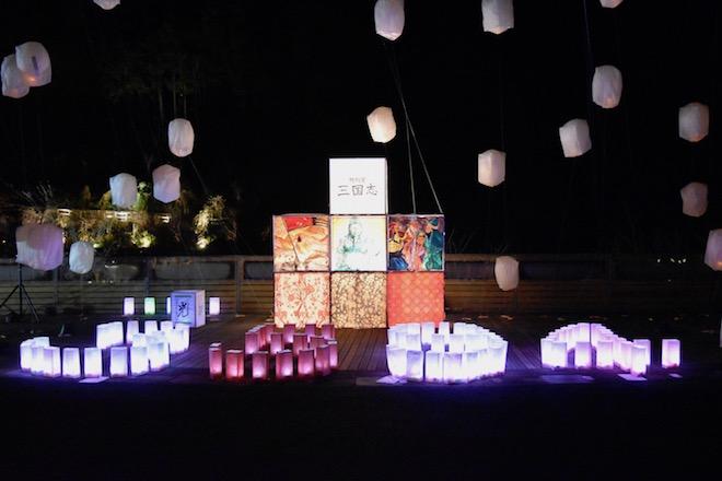 2019年11月23日(土・祝)に福岡県太宰府市の九州国立博物館で、特別展「三国志」関連イベント「夜な夜な三国志」が開催されました。三国志的イルミネーションの様子です。