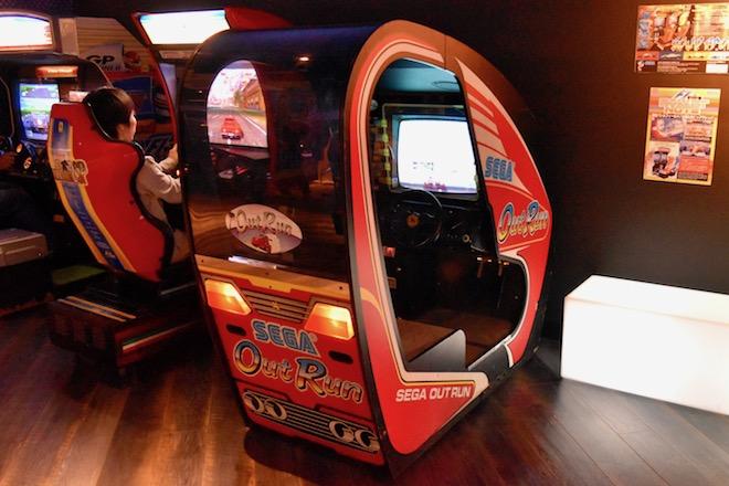 2019年11月1日(金)に福岡市中央区天神にゲームセンター「セガ福岡天神」がオープンしました。3Fのレトロゲーム・アウトランの様子です。