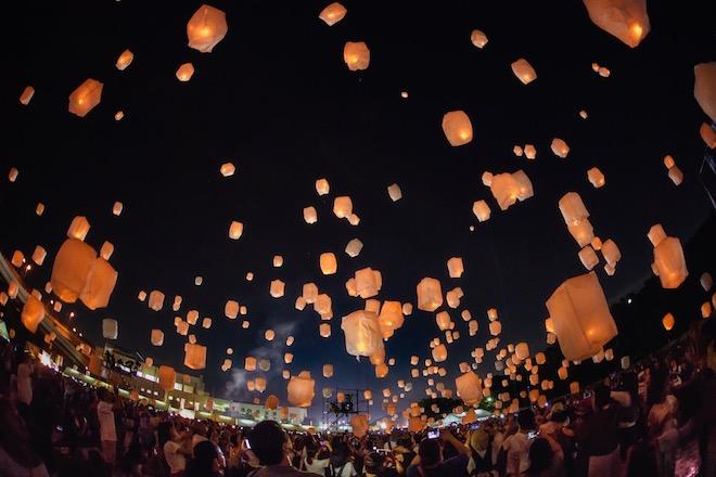 中国などアジア地域で見られる熱気球「天灯」