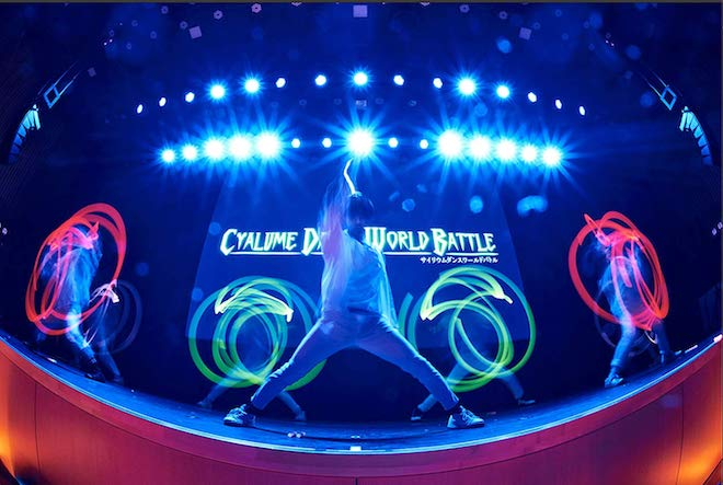 サイリウムダンスとはヲタ芸をパフォーマンスやアートして昇華させ、見た目のかっこよさ、動きのスピードや正確さなどの要因を昇華させたダンスや表現の形を意味します。動画投稿サービスのニコニコ動画やYouTube等、インターネット上の様々な場所でそのダンス動画を投稿するや否や全世界に広まり、多くのファンを生み、現在注目されている新たなアートダンスパフォーマンスです。