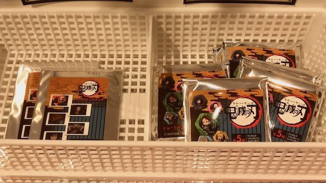 鬼滅の刃 in 丸井百貨店・トレーディングチェキ(左)、トレーディング六角形和柄缶バッジ(右)