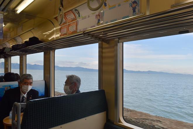 2020年12月19日(土)〜2021年5月中旬(予定)までの期間、熊本県・肥薩おれんじ鉄道の八代〜佐敷駅間でアニメ『放課後ていぼう日誌』のラッピング列車が運行されることになりました。