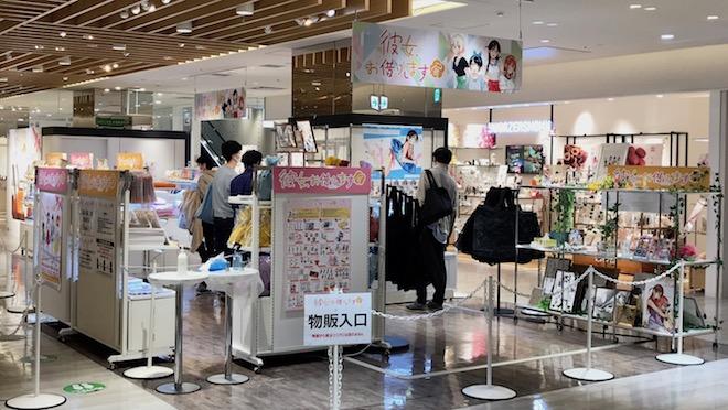 福岡会場新商品のほか、複製原画を手に取る人多し