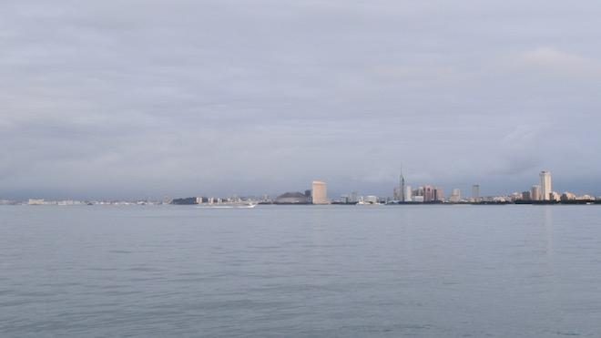 能古島から海の向こうには福岡タワーやドームが見える